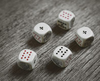 Weiße Würfel auf dunklem Hintergrund Spielende Geräte Kopieren Sie Raum für Text Alle nummerieren fünf Stockfotografie