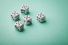 Weiße Würfel auf grünem Hintergrund Spielende Geräte Kopieren Sie Raum für Text Alle nummerieren fünf Glücksspiel Konzept Stockfotografie