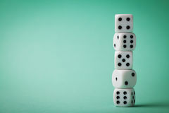 Weiße Würfel auf grünem Hintergrund Spielende Geräte Kopieren Sie Raum für Text Glücksspiel Konzept Lizenzfreies Stockbild