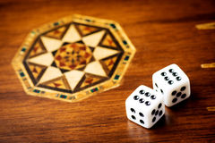 Weiße Würfel auf hölzernem Hintergrund Alle nummerieren sechs Konzept des Glück-, Möglichkeits- und Freizeitspaßes Lizenzfreies Stockbild