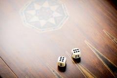 Weiße Würfel auf hölzernem Hintergrund Alle nummerieren sechs Konzept des Glück-, Möglichkeits- und Freizeitspaßes Lizenzfreie Stockfotos