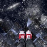Weiße Würfel im Raum mit roten Schuhen Lizenzfreie Stockfotos