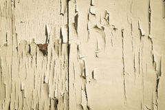 Weiße Wand der Hintergrundbeschaffenheit mit gebrochener Farbe Stockfotos