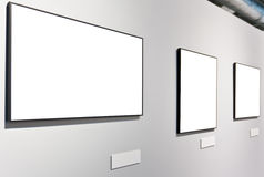 Weiße Wand im Museum mit leeren Feldern Stockfotografie