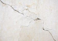 Weiße Wand mit Sprüngen Stockfotos