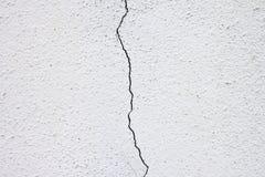 Weiße Wand mit Sprüngen Stockfoto