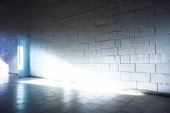 Weiße Wand und heller Strahl Stockbilder