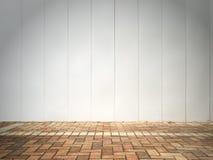 Weiße Wand und Ziegelsteinfußboden Lizenzfreies Stockfoto