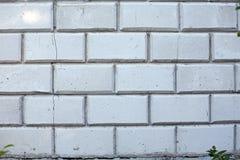 Weiße Wand von den Betonblöcken mit großem Sprung lizenzfreies stockbild