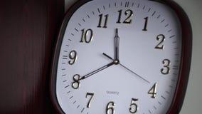 Weiße Wanduhr Ovale Wanduhr zeigt 11:40 Zeit stock footage