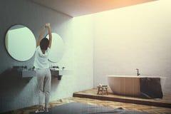 Weiße Wanne in einer weißen Badezimmerecke, Frau Stockbilder