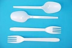 Weiße wegwerfbare Teller, Gabel und Löffel Lizenzfreie Stockfotografie
