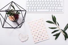 Weiße weibliche Tischplatte flatlay lizenzfreie stockbilder
