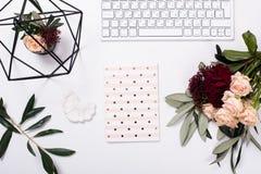Weiße weibliche Tischplatte flatlay lizenzfreies stockbild