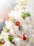 Weiße Weihnachtsbaum-Fallspielzeugpuppe Stockfoto