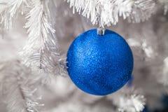 Weiße Weihnachtsbaumdekoration stockbild