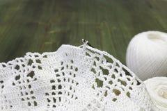 Weiße Weinleseelemente der Irenhäkelarbeit Baumwollgarn für das Stricken, Häkelnadel Häkelarbeit Doilies und Häkelarbeitmusterküs Stockfoto