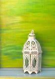 Weiße Weinleselampe auf grünem Hintergrund Lizenzfreie Stockfotografie