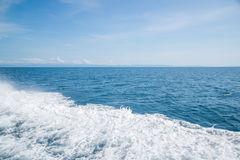 Weiße Welle vom Boot Stockbild