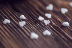 Weiße wenig Herzen am Holztisch, an den Valentinsgrüßen oder am Hochzeitstag Stockfoto