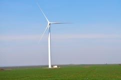 Weiße Windkraftanlagen, die Strom erzeugen Stockfotos