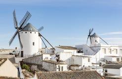 Weiße Windmühlen und weiße Häuser in Stadt Campos de Criptana, Kastilien-La Mancha, Spanien Stockbilder