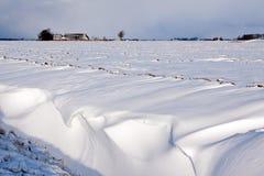 Weiße Winterlandschaft des Feldes mit Bauernhof Lizenzfreie Stockfotos