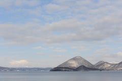 Weiße Winterlandschaft mit einem schneebedeckten Vulkan Stockfoto