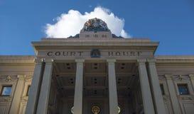 Weiße Wolke über dem Gerichtsgebäude Stockfotos