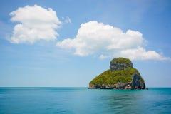 weiße Wolke über der Kalksteininsel auf dem Ozean am sonnigen Tag Lizenzfreie Stockfotografie