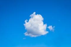 Weiße Wolke auf blauem Himmel Lizenzfreie Stockfotografie