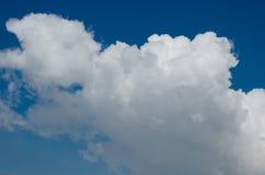 Weiße Wolke auf blauem Himmel Stockfotografie