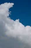 Weiße Wolke auf blauem Himmel Lizenzfreies Stockfoto
