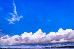 Weiße Wolke auf blauem Himmel Stockbild