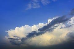Weiße Wolke auf blauem Himmel mit dunkler Wolke in der Frontseite Stockfoto