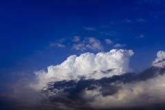 Weiße Wolke auf blauem Himmel mit Wolke in der Frontseite Lizenzfreies Stockfoto