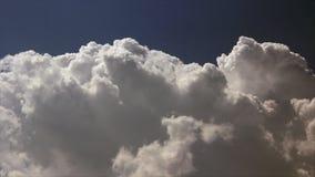 Weiße Wolke blasen auf stock footage
