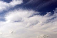 Weiße Wolke gegen das Blau des Himmels in Form des Gesichtes Lizenzfreies Stockfoto