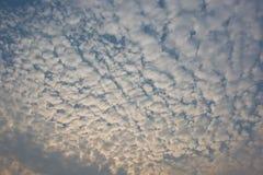 Weiße Wolke und blauer Himmel Stockbild