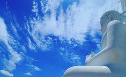 Weiße Wolke und große weiße Buddha-Skulptur unter blauem Himmel Stockfotografie