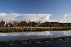 Weiße Wolken über aan Höhle IJssel Nieuwerkerk in den Niederlanden Lizenzfreies Stockfoto