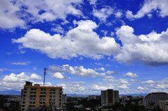 Weiße Wolken über Chiangmai-Stadtbildern Stockfotos