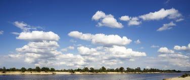 Weiße Wolken über dem Fluss Stockbilder