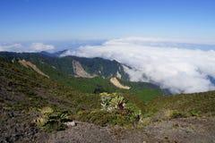 Weiße Wolken über dem Tal unter Irazu-Vulkan, Cartago-Provinz, Costa Rica lizenzfreie stockfotos