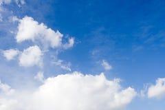 Weiße Wolken über klarem blauem Himmel stockbilder