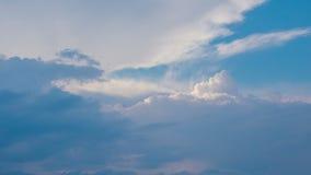 Weiße Wolken über Zeitspanne des blauen Himmels stock video