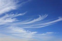 weiße Wolken auf blauem Himmel Stockfoto