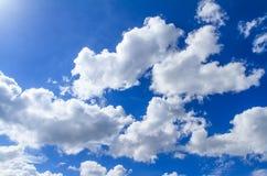 weiße Wolken auf blauem Himmel Stockbild
