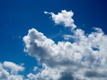 weiße Wolken auf blauem Himmel Lizenzfreie Stockfotos