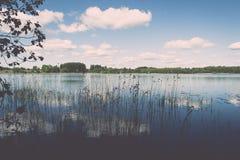 Weiße Wolken auf dem blauen Himmel über blauem See - Retro- Weinlese effe Lizenzfreie Stockbilder